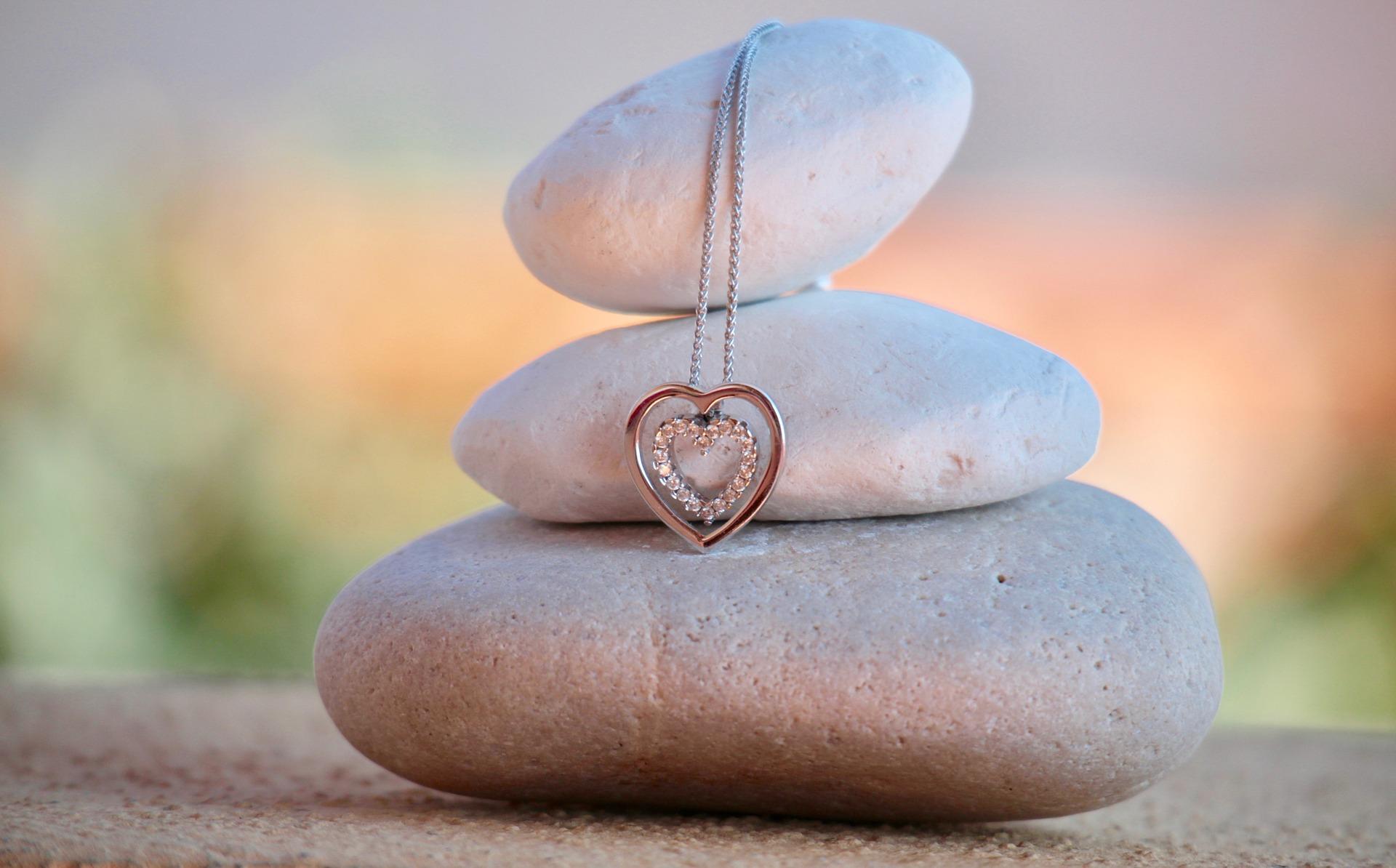 Offrir un bijou, quelle signification   - Bijouterie Joaillerie ... 937ed41a6d76